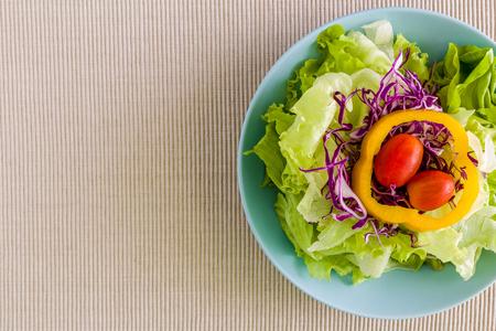 ensalada tomate: Ensalada fresca en el fondo Tazón Foto de archivo