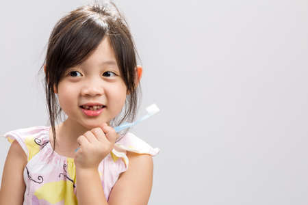 ni�as peque�as: Los dientes con brocha del cabrito