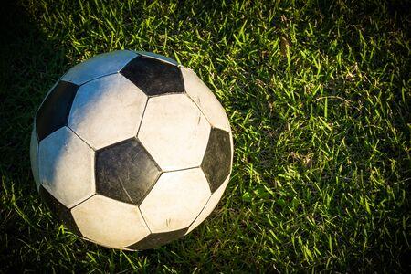 pelota de futbol: Bola vieja en campo de hierba Foto de archivo