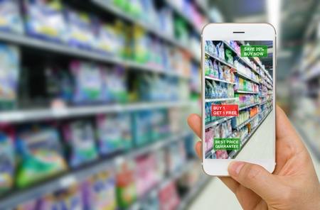 Die Anwendung von Augmented Reality in Retail Business-Konzept in der Supermarkt für Ermäßigte oder Verkauf Produkte Standard-Bild