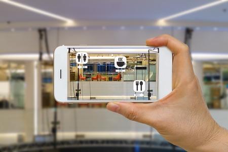 Toepassing van Augmented Reality of AR voor navigatieconcept in winkelcentrum Op zoek naar koffiebar, restaurant en toilet Stockfoto