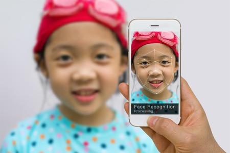 reconocimiento: Verificación biométrica, concepto de tecnología de reconocimiento facial, uso de la aplicación en el teléfono inteligente