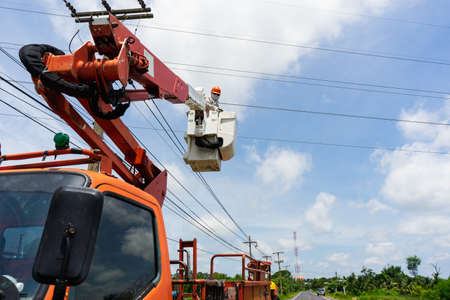 Electrician works on a basket. Technicians are repairing high voltage system. 版權商用圖片 - 157879481