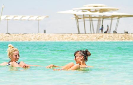 arboles secos: Las mujeres j�venes que van al Mar Muerto, Israel