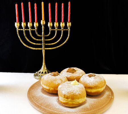 hanoukia: image de f�te juive de Hanoukka avec menorah et des beignes