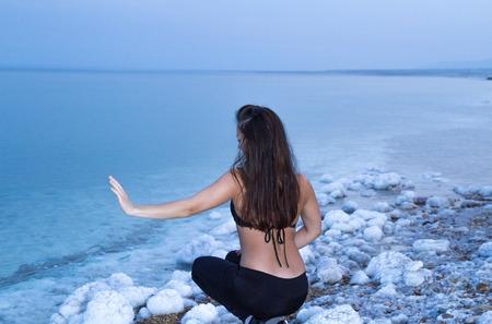 toter baum: Junge Frau, die zum Toten Meer, Israel Lizenzfreie Bilder