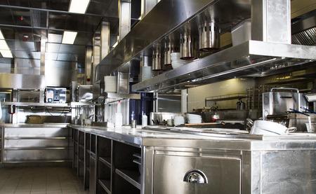 Professionele keuken, uitzicht teller in roestvrij staal. Stockfoto