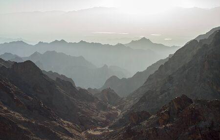 monte sinai: Temprano en la mañana en las antiguas montañas del desierto de Sinaí. Salida del sol sobre el mar Rojo