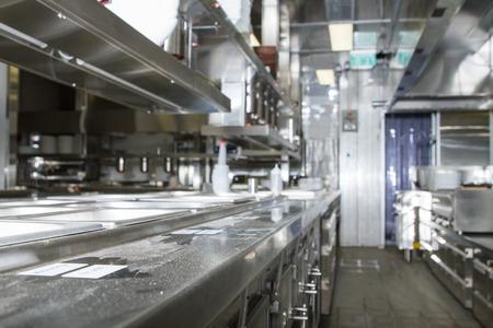 Professionele keuken, uitzicht teller in roestvrij staal. Bokeh. Stockfoto