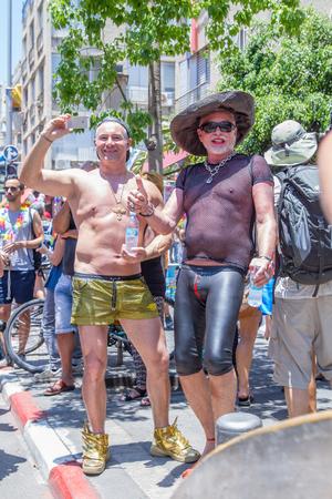 transexual: Tel-Aviv, Israel - 12 de junio de 2015: Desfile del Orgullo Gay y la Semana Anual de las celebraciones del orgullo en las calles 12 de junio 2015 en Tel Aviv, Israel. Los participantes en el desfile por las calles de Tel Aviv.