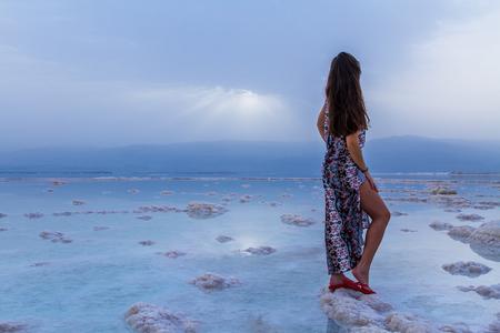 Junge Frau, die zum Toten Meer, Israel Standard-Bild