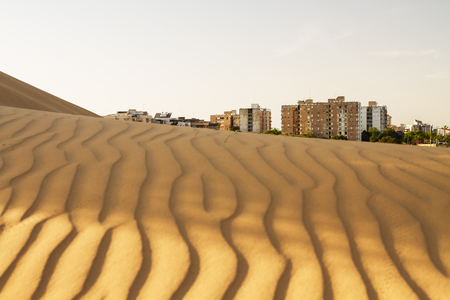 dire: Beautiful photo of a modern city on the border of the desert .
