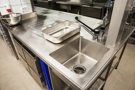 Professionele keuken, uitzichtbank in roestvrij staal. Stockfoto