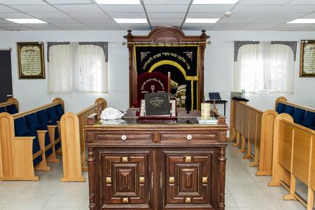 モシャヴ Tziparia, イスラエル - 10 月 13 日。2017: モシャヴ Tziparia のシナゴーグの内部。イスラエル。指定された会衆と祭壇。