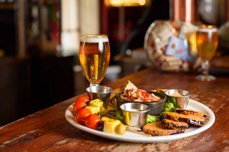 une assiette de viande chilienne avec une bière fraîche Banque d'images