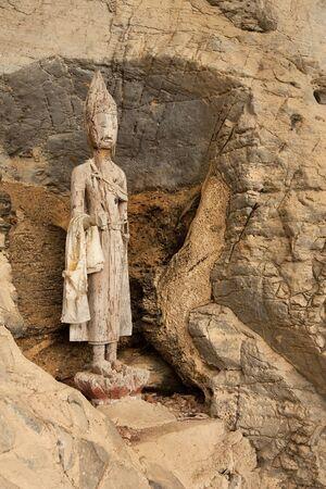 buddha image: Imagen de Buda de madera roto. Foto de archivo