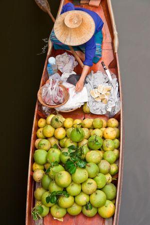 march� flottant: Bateau de fruits dans le march� flottant, Tha�lande  Banque d'images