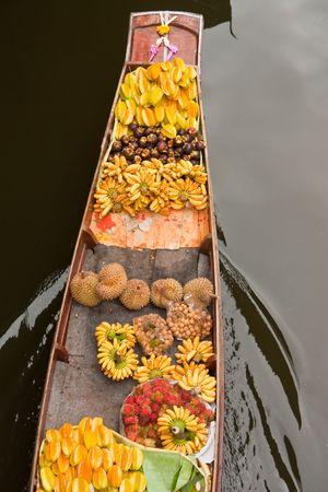 march� flottant: Bateau de fruits dans le march� flottant, Tha�lande
