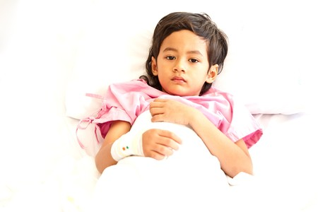 enfant malade: Young boy in hospital bed Banque d'images