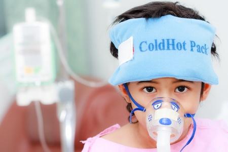 aparato respiratorio: Ni�o con un instrumento m�dico en su cara Foto de archivo