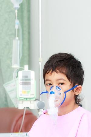 asthma: Junge mit medizinisches Instrumentarium auf seinem Gesicht
