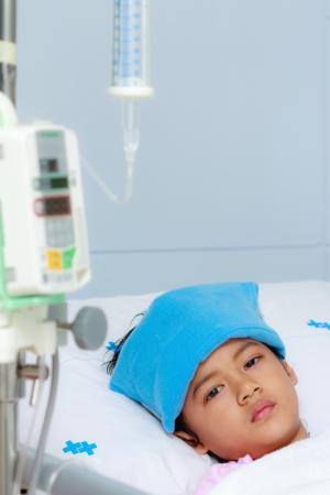 fiebre: Ni�o en la cama de hospital Foto de archivo