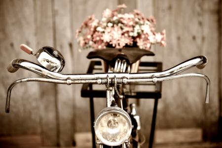 fiets: Oude fiets en bloemen Stockfoto