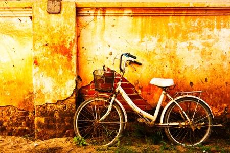 retro bicycle: Bicicleta vieja en blanco y negro