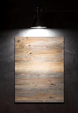 art gallery: Luce sul bordo bianco su muro di cemento