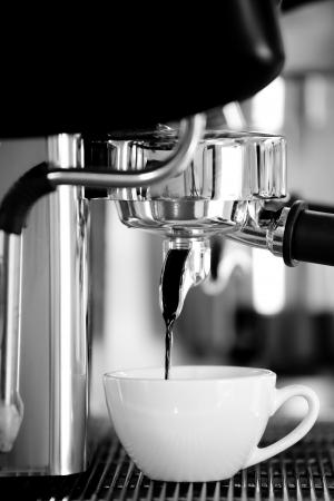 maquina de vapor: Cafetera y taza de cerámica blanca Foto de archivo