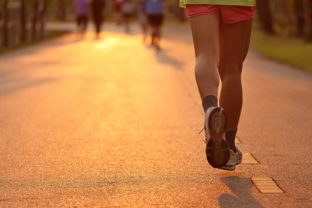 coureur: Runner running dans la lumi�re du soir