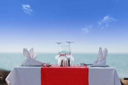 tovagliolo: Tavolo da pranzo di lusso sulla spiaggia in cielo blu
