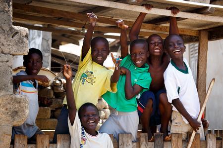Groep van Afrikaanse jongens spelen met camera