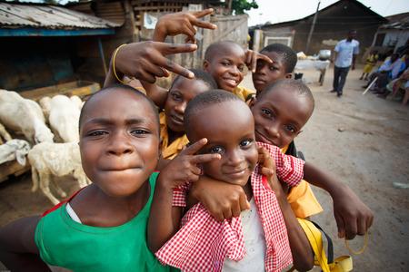 カメラで遊んでアフリカの子供たちのグループ