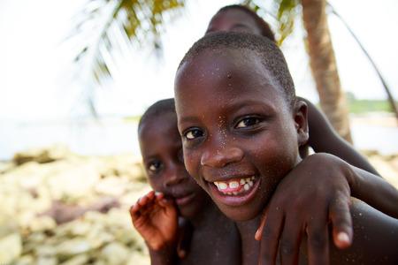 garcon africain: Kid du village pêcheur voir à côté, Ghana, Afrique de l'Ouest