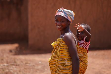 madre e hijos: Las mujeres de Ghana y cómo llevar a su hijo