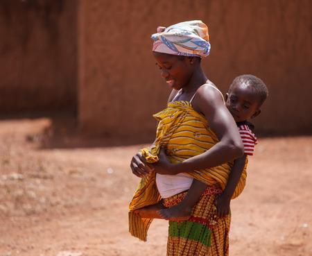 ガーナの女性とどのように彼女は彼女の息子を撮影 写真素材 - 27599898