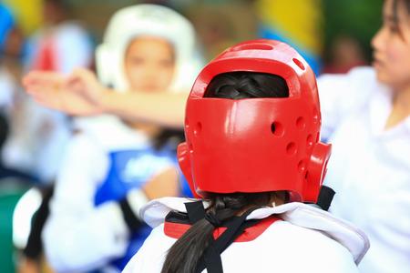 Referree gibt Signal an Mädchen während Taekwondo figting Wettbewerb Standard-Bild - 33653994