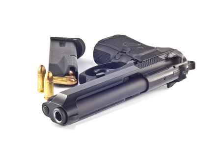 pistola: 9 mm.beretta gun y revista aisladas sobre fondo blanco