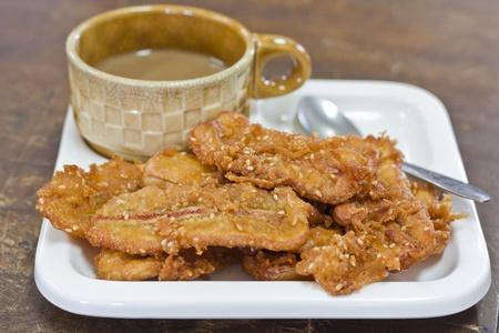 platanos fritos: Pl�tano frito y una taza de caf� en la bandeja