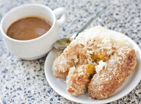 platanos fritos: Pl�tano frito y una taza de caf� Foto de archivo