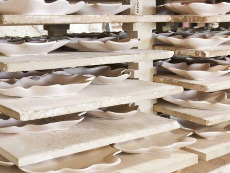 delftware: Piatti in ceramica in rack in officina ceramica Archivio Fotografico