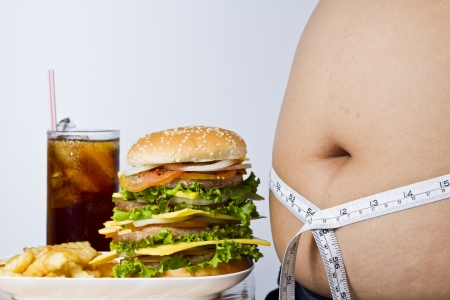 obeso: Francés fritas, hamburguesa grande, bebida fría y el estómago grande y gordo