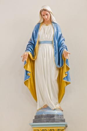 vierge marie: Sculpture de Marie � l'�glise Banque d'images