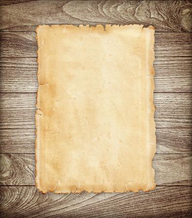 hoja en blanco: Documento viejo sobre fondo de madera. Foto de archivo