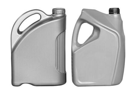 zwei graue Kunststoffkanister für Maschinenöl isoliert auf weißem Hintergrund