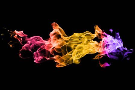 Mouvement de fumée colorée sur fond noir. abstrait Banque d'images