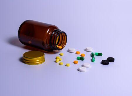 El medicamento está fuera del frasco sobre una mesa blanca.