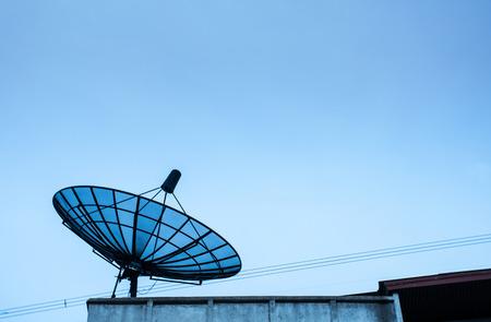 satellite dish: antenas parab?licas de sat?lite bajo el cielo Foto de archivo