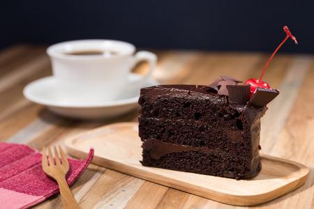 커피 한잔과 나무 테이블에 초콜릿 케이크